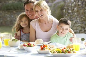 140050927-rodzice-i-dzieci-przy-stole-obrazek_sredni_4018159